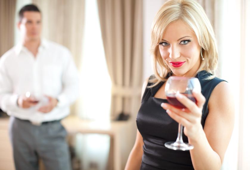Мне нравится женатый коллега по работе… Как привлечь его внимание?