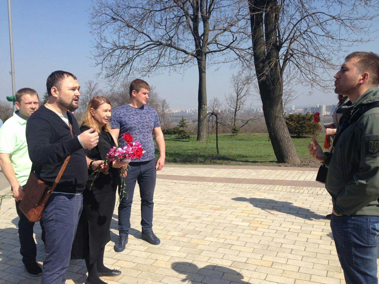 Нацики пытались сорвать возложение цветов к памятнику Быкову