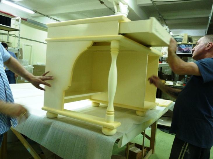 деревяная мебель с росписью столик с нарисоваными книгами