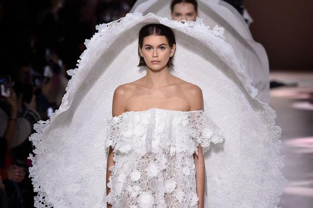 Пышные свадебные платья и огромные шляпы в коллекции Givenchy
