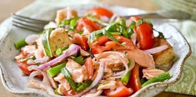 Салат с сухариками, сёмгой, стручковой фасолью и помидорами