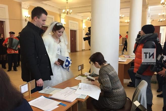 Молодожены из Зеленодольска после ЗАГСа отправились на выборы Президента России (Видео)