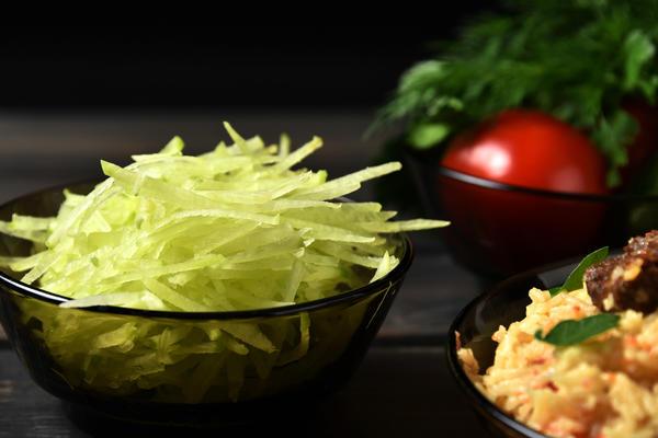 Редька придаст салату свежесть и сочность