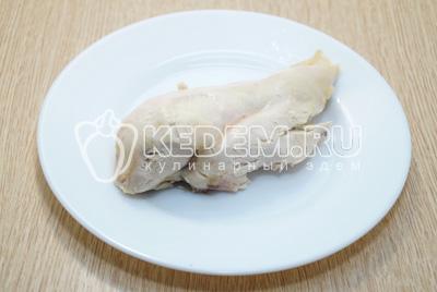 Куриное филе отварить и остудить.