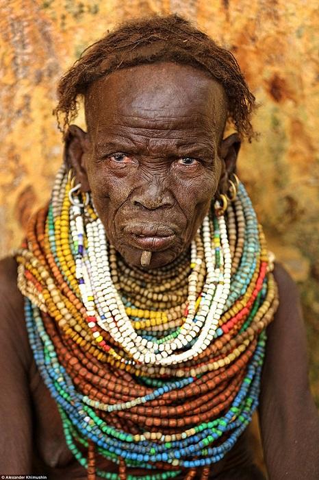 Женщины племени Ньянгатом носят множество бус, которые никогда не снимают.