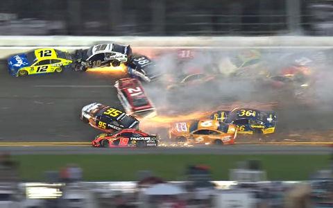 Заезд NASCAR закончился массовой аварией