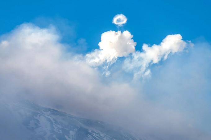11 ноября 2013 года. Вулкан Этна в Сицилии выпускает редкие паровые кольца, известные в науке как вихревые кольца. Фото: Tom Pfeiffer / Barcroft Media