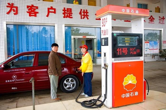 В Китае в пятый раз с начала года подешевел бензин. Опа-ча