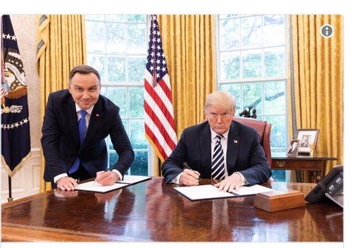 В сети смеются над фото Анджея Дуды и Трампа в кабинете президента США