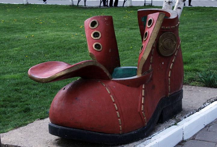 Скульптура «Башмак Гулливера»