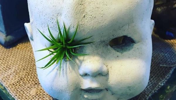 20 превращений старых кукол в горшки для сада, которые пугают соседей