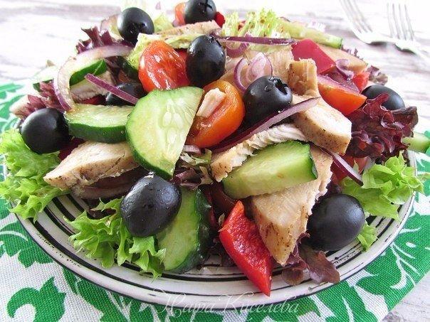 Легкость вам обеспечена — Салат с курицей, овощами и маслинами