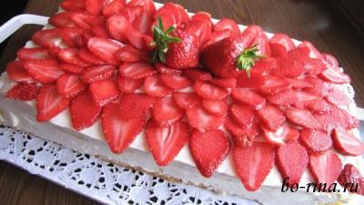 Бисквитный торт с зефиром и клубникой