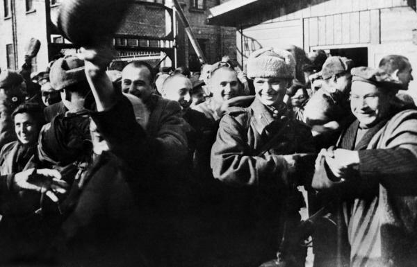 Советские солдаты, освобождающие заключенных Освенцима. Польша. 21 января 1945 г. интересно, история, фото