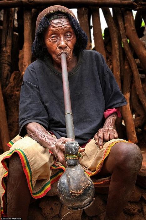 Женщины племени носят двойные юбки и одеваются вполне по-современному, в отличие от других племен Эфиопии.
