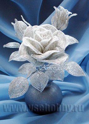 фотография готовой композиции роза из бисера в вазе
