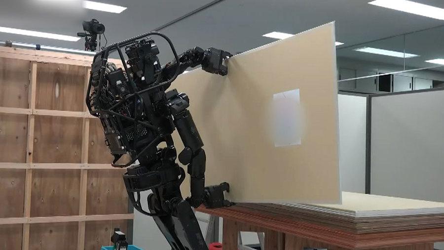 Ну и гаджеты: робот-строитель, робот-врач и робот для работы со стекловолокном