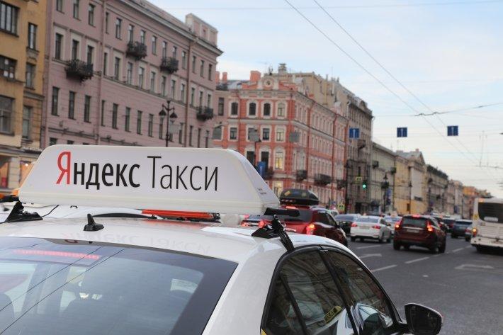 В «Яндекс.Такси» рассказали, как сэкономить на поездках в Новый год