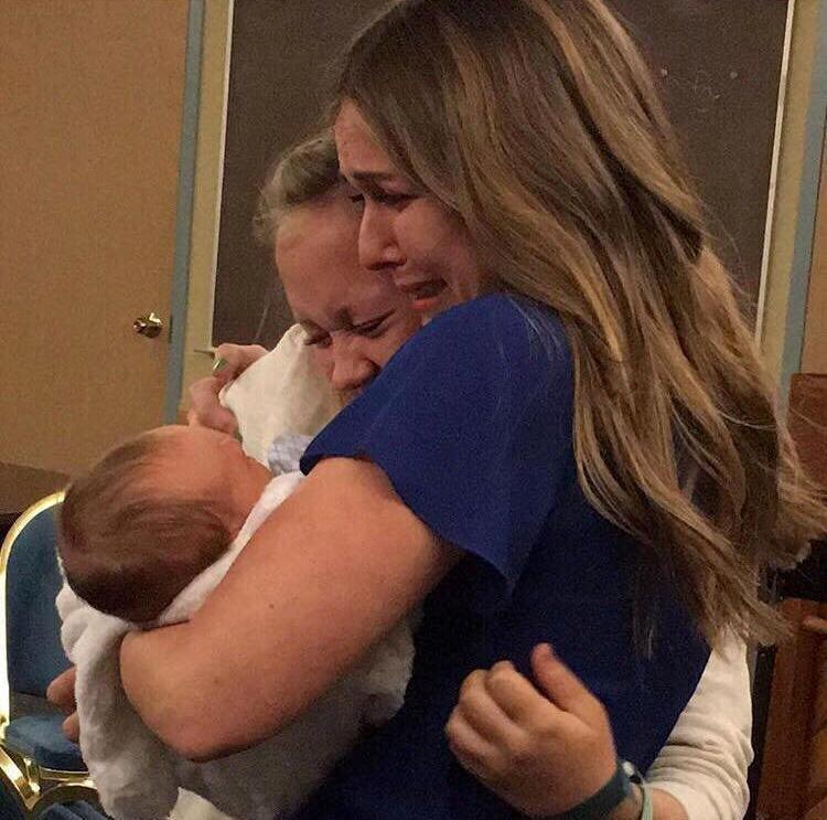 Душераздирающий момент — она отдает своего младенца в приемную семью