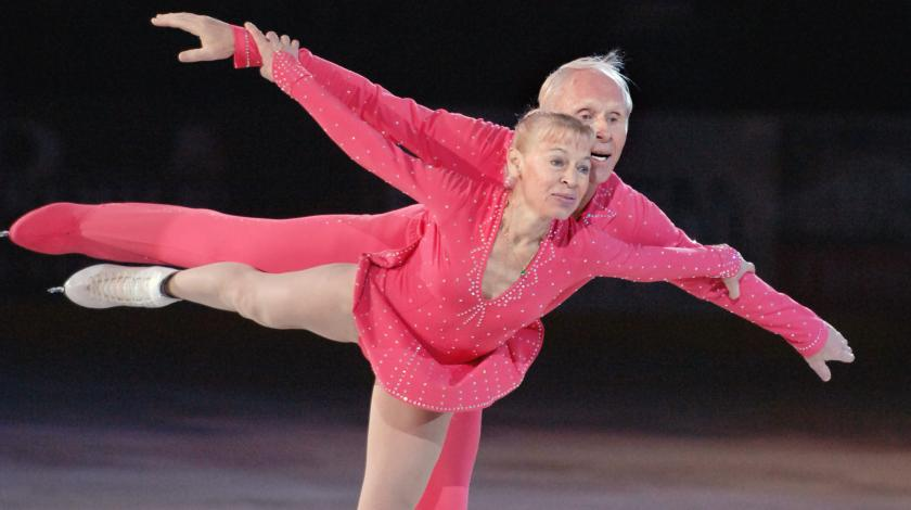 Они — супруги и олимпийские победители. Ему 83, ей — 79. Вы только посмотрите что  они делают на льду!