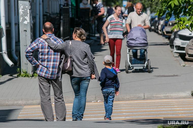 Более половины россиян не знакомы с неблагополучными семьями