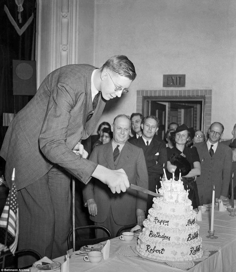 Роберт разрезает праздничный торт на свой 21-й день рождения акромегалия, великан, опухоль, рекорд, рекорд гиннесса, рекордсмен Гинесса, самый высокий, самый высокий человек
