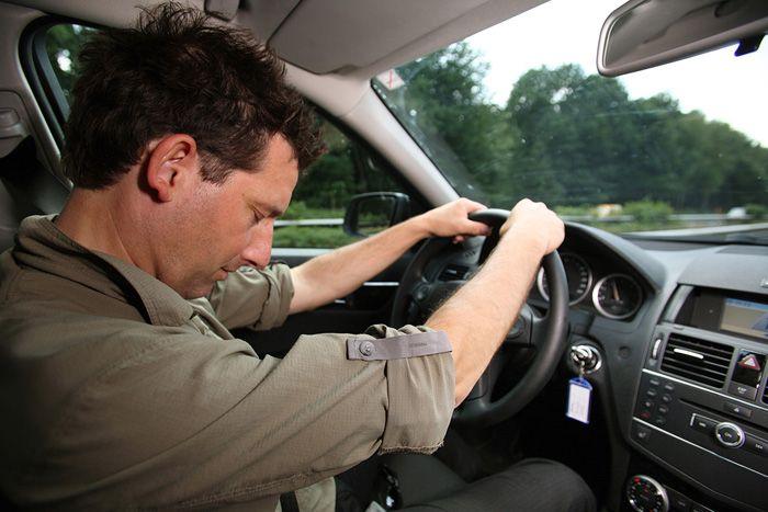 Автолюбитель поделился видео, как уснул за рулем после работы