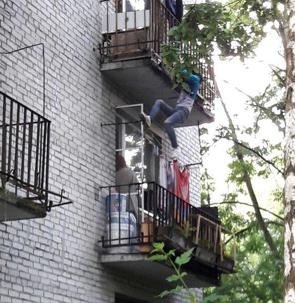 В Тюмени спасли мужчину, который чуть не упал с балкона после расставания с женой