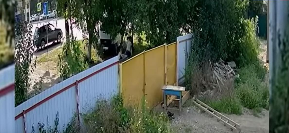Джентльмены удачи: Видео кражи садовой тачки подростками стало хитом в Сети