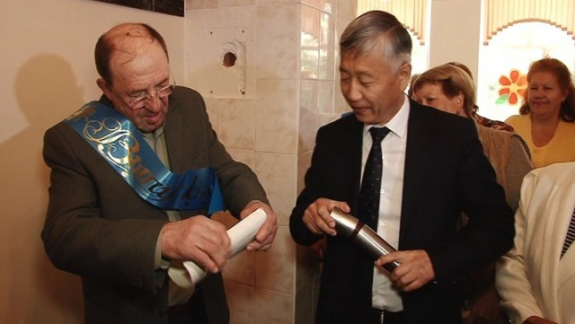 Темиртауские выпускники вскрыли хранившуюся 50 лет капсулу-послание