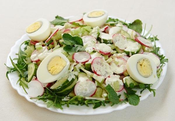 Свежий салат с редисом и яйцом/Фото: Дмитрий Позднухов/BurdaMedia