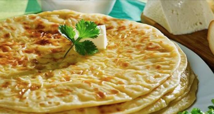 Лепешки на кефире получаются тонкими, готовятся очень быстро — и проще блюда из теста тяжело себе представить