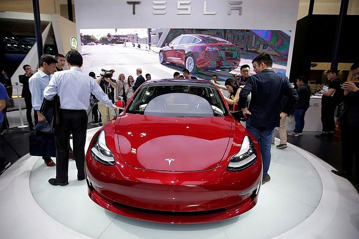 В Юте электромобиль Tesla с автопилотом врезался в пожарную машину