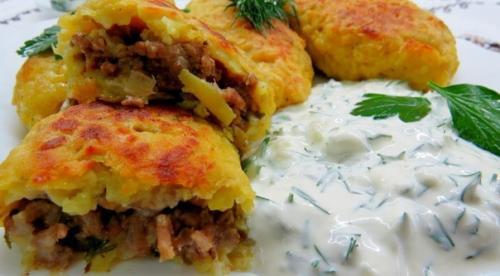 Картофельные зразы со сметанно — чесночным соусом.
