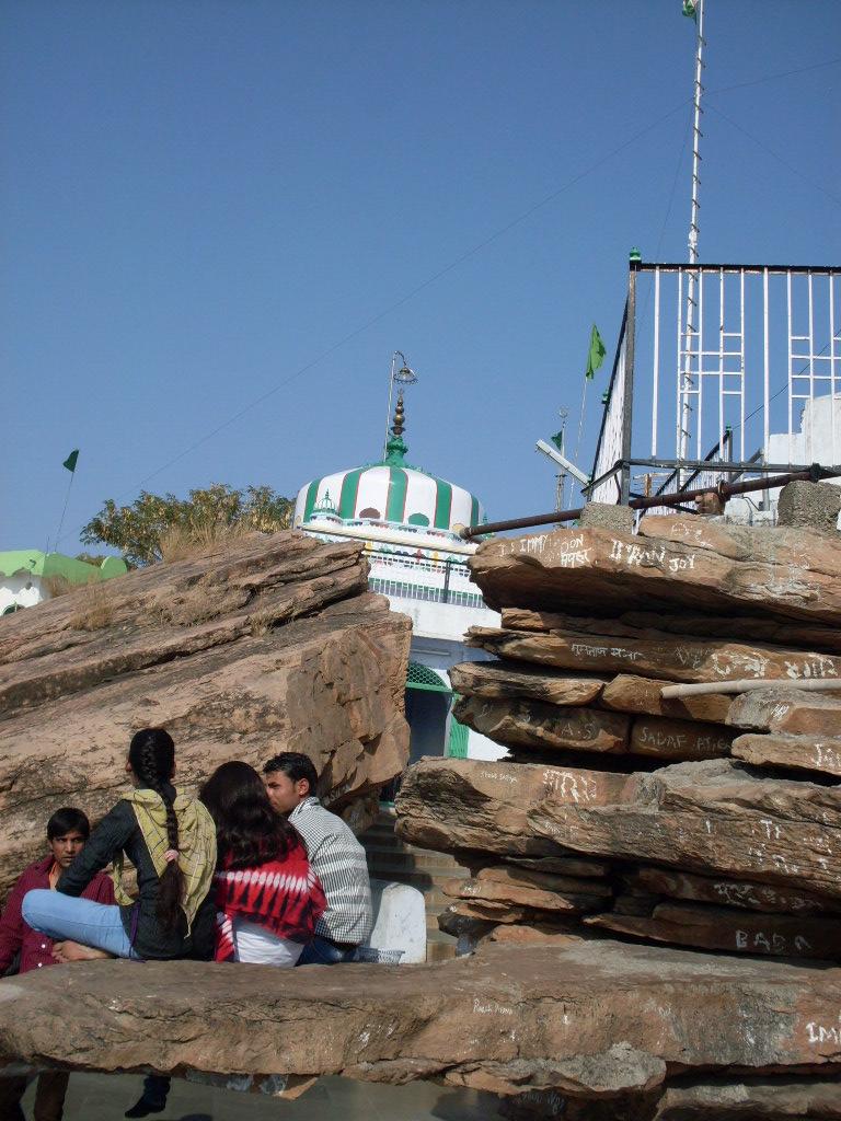 Мечеть вырастающая из камня.