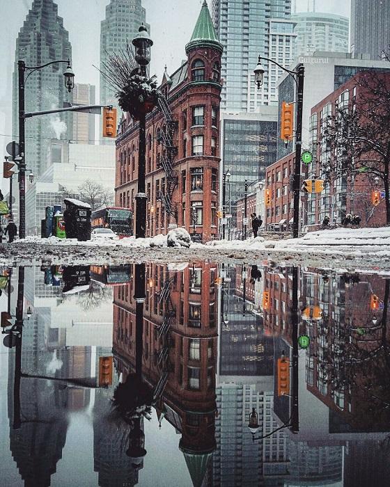 Абстрактное изображение городского пейзажа вниз головой - возможность взглянуть на мир по-новому.