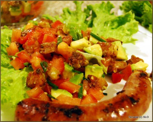 "салат "" а'la guacamole "" и домашние колбаски ""pečeniсe"" (для запекания)"