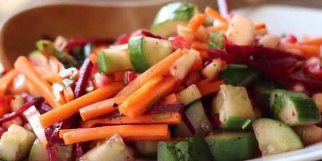 Салат из свежей свёклы с огурцами, морковью, гранатом и манго