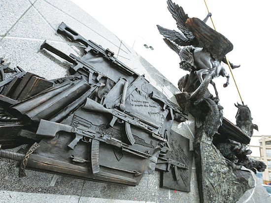 """Автор памятника Калашникову Щербаков призвал СМИ """"наплевать на ошибку"""""""