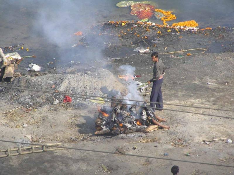 Миллионы индийцев сбрасывали трупы своих близких в священную реку Ганг