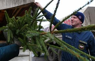 Донецк. Во время разгрузки грузовика с гуманитарной помощью на складе