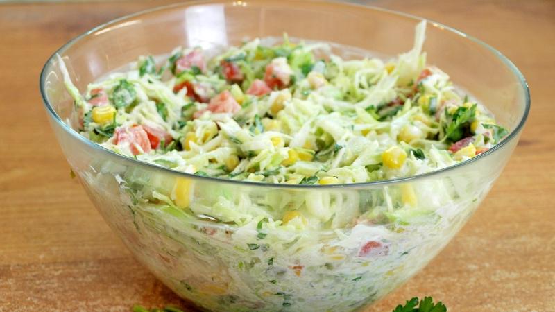 Салат из ранней капусты - видео рецепт