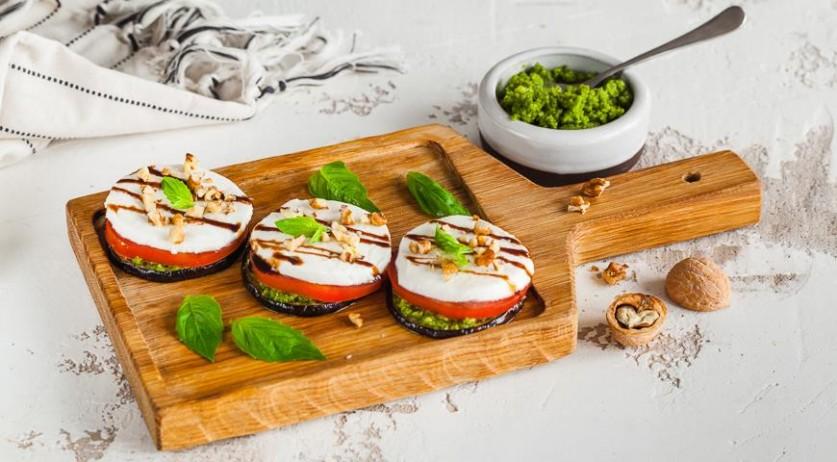 Сезонный рецепт: овощные пирамидки с сыром моцарелла