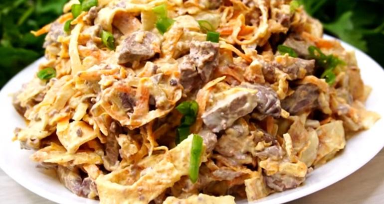 Сытный салат из печени с яичными блинчиками: отличная идея для ужина