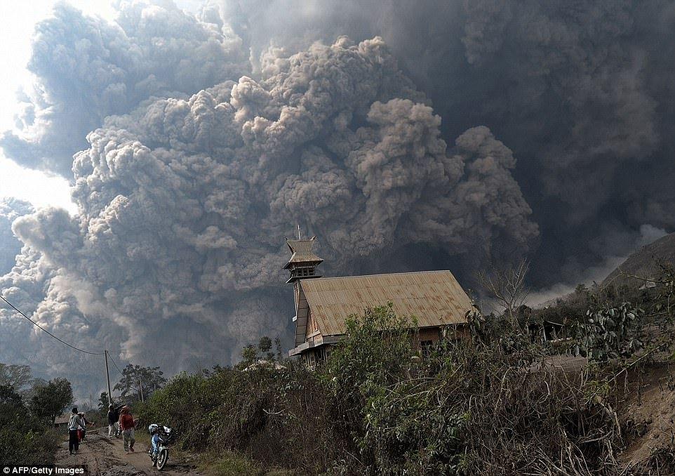 Невероятно зрелищные извержения вулканов последних лет