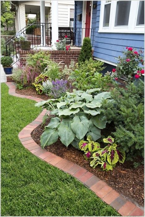 Для разделения низких клумб и садовых дорожек хорошо подходит обычный кирпич.