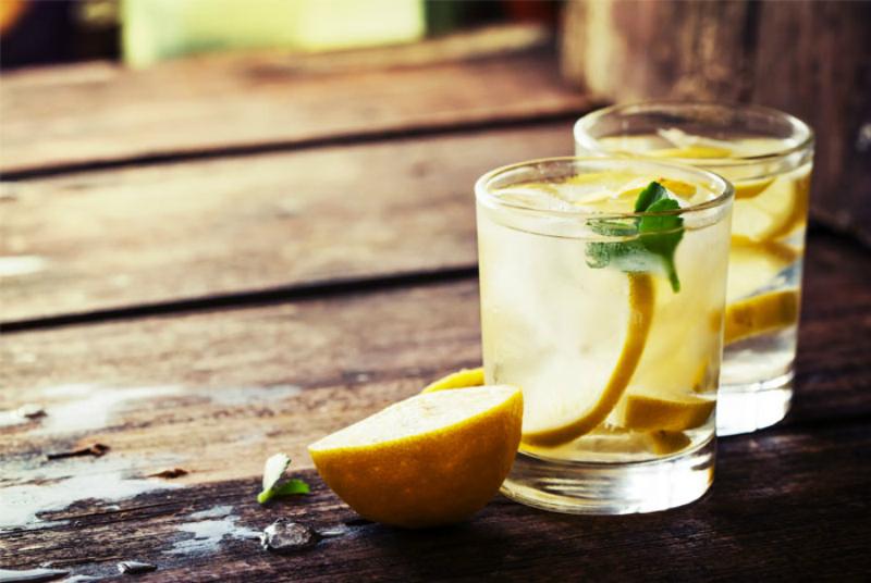 Пейте лимонную воду натощак! В этом есть как минимум 10 преимуществ.