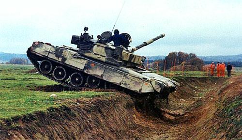Т-80 вооружен 125-мм гладкоствольной, стабилизированной в двух плоскостях пушкой Д-81 или 2А46М-1 (на Т-80У и Т-80Б) со спаренным 7.62-мм пулеметом ПКТ