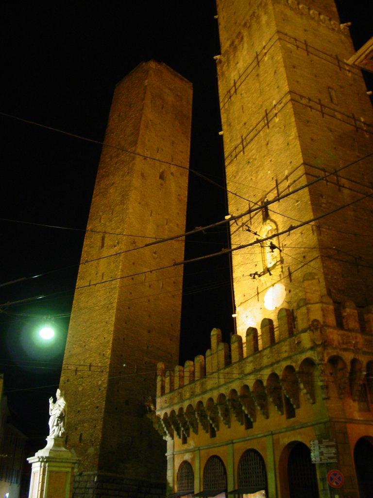 3. Две башни Болоньи, Италия