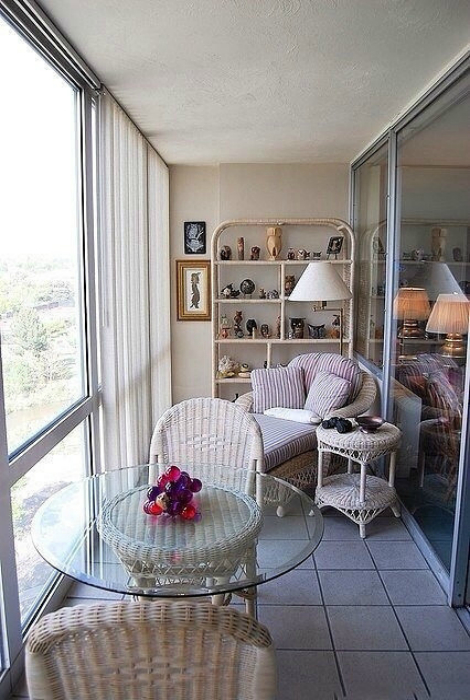 Элегантная лоджия с плетеной мебелью.